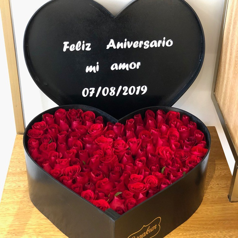 100 rosas en caja corazón con tapa amor