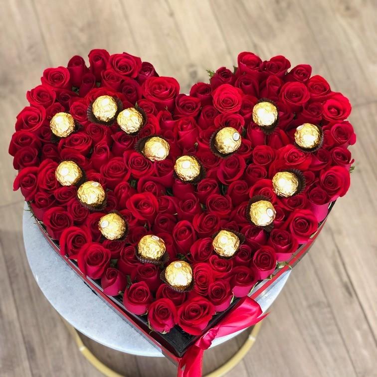 100 rosas rojas en caja corazón amor ferrero