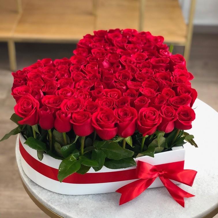 100 rosas rojas en caja corazón amor jardín