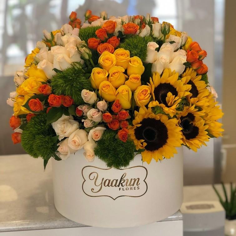 125 rosas y 10 girasoles en caja redonda hermosa primavera