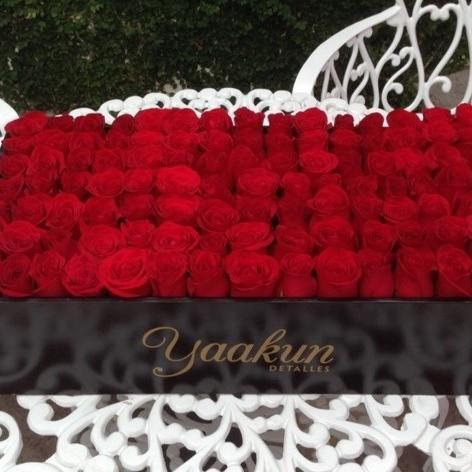130 rosas rojas al ras en caja classy romance