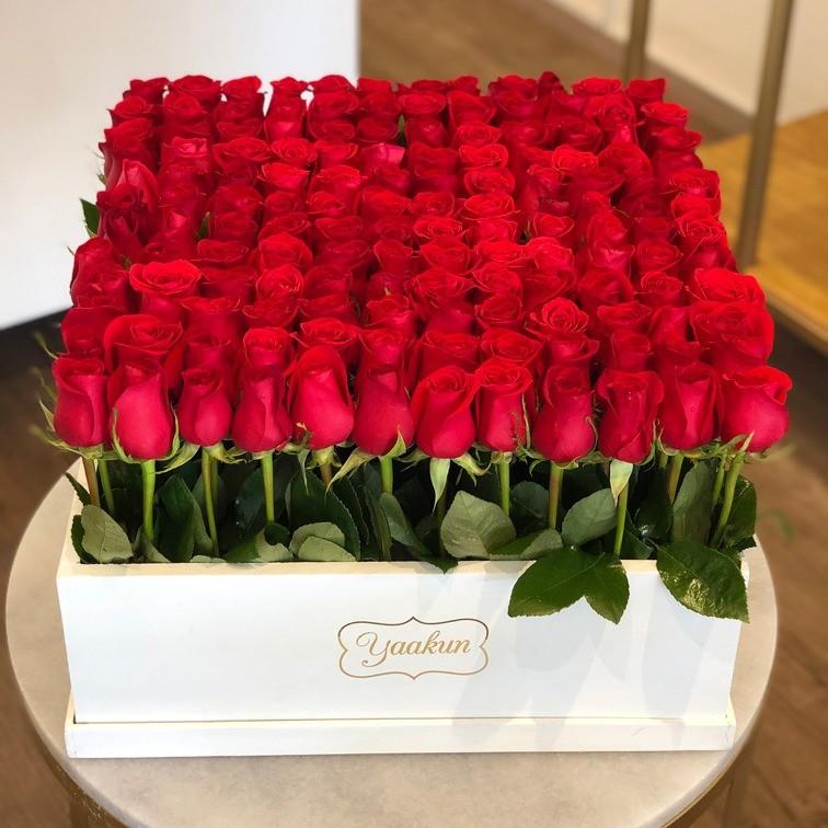 140 rosas altas en caja blanca yaakun jardín