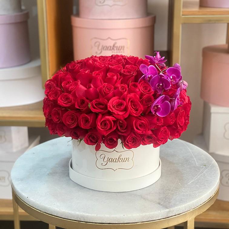 150 rosas en caja redonda con orquídeas magenta