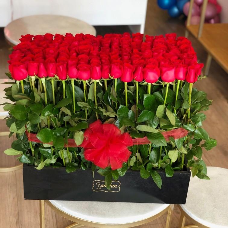 150 rosas rojas altas en caja jardín romántico