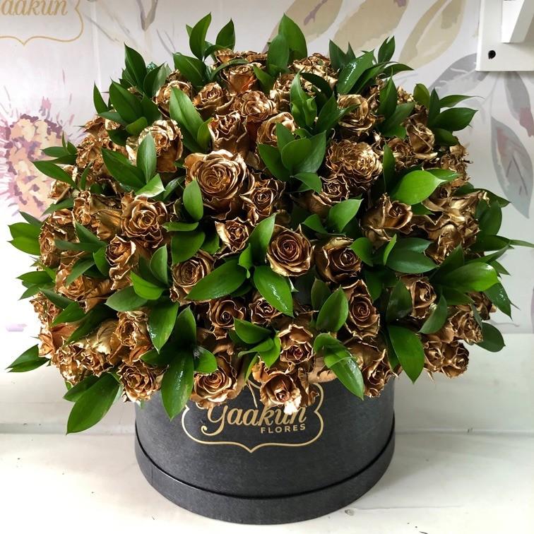 200 rosas gold & ruscus en caja redonda negra