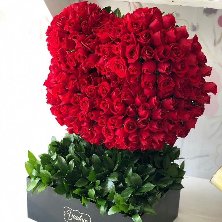 200 rosas rojas en escultura beso de corazón
