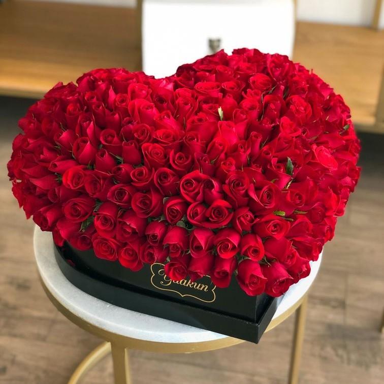 225 rosas rojas en caja corazón grande