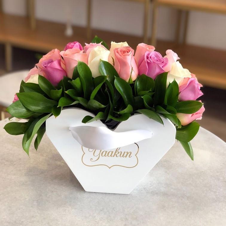 24 rosas pastel en caja abanico