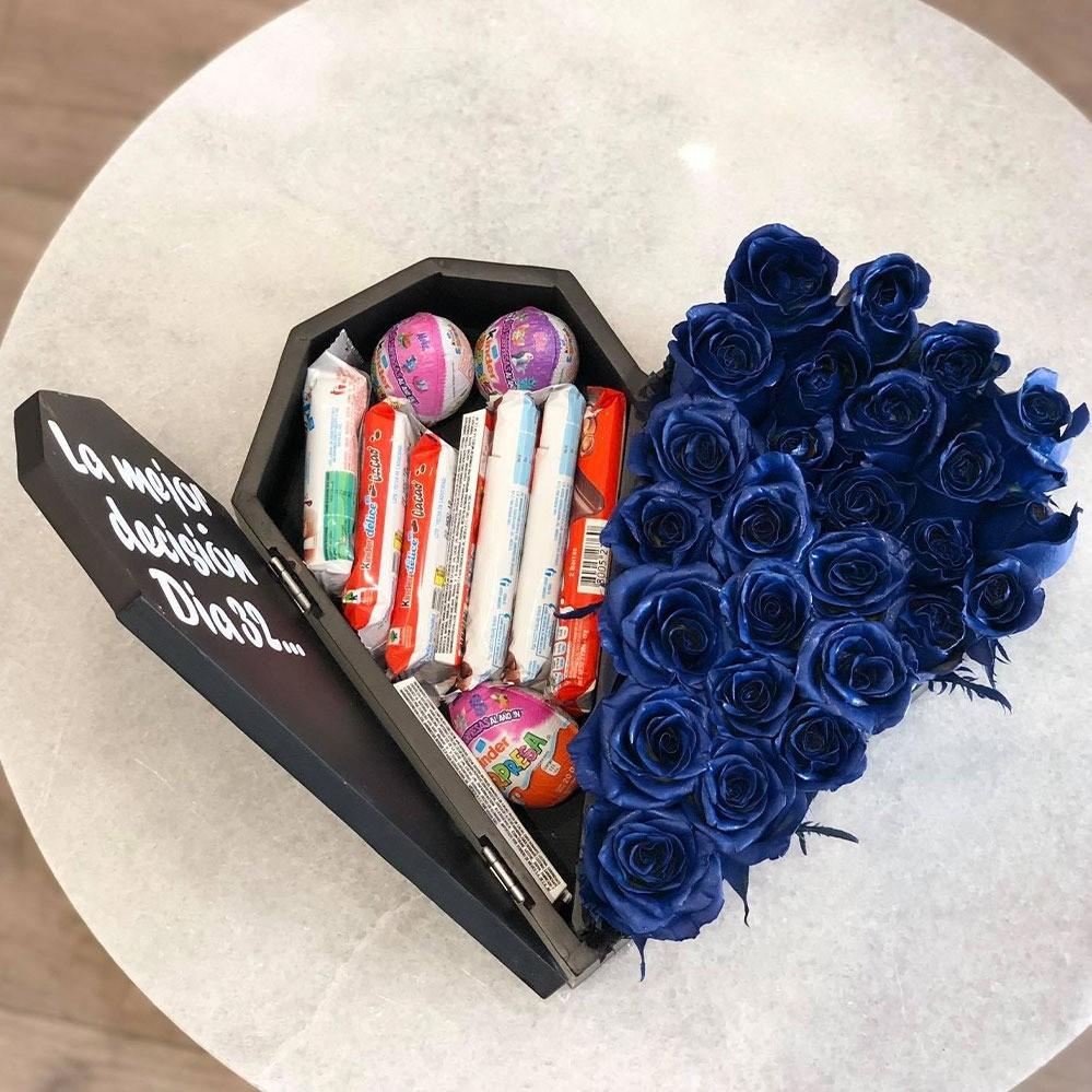 25 rosas azules  & kinder en caja corazón media tapa