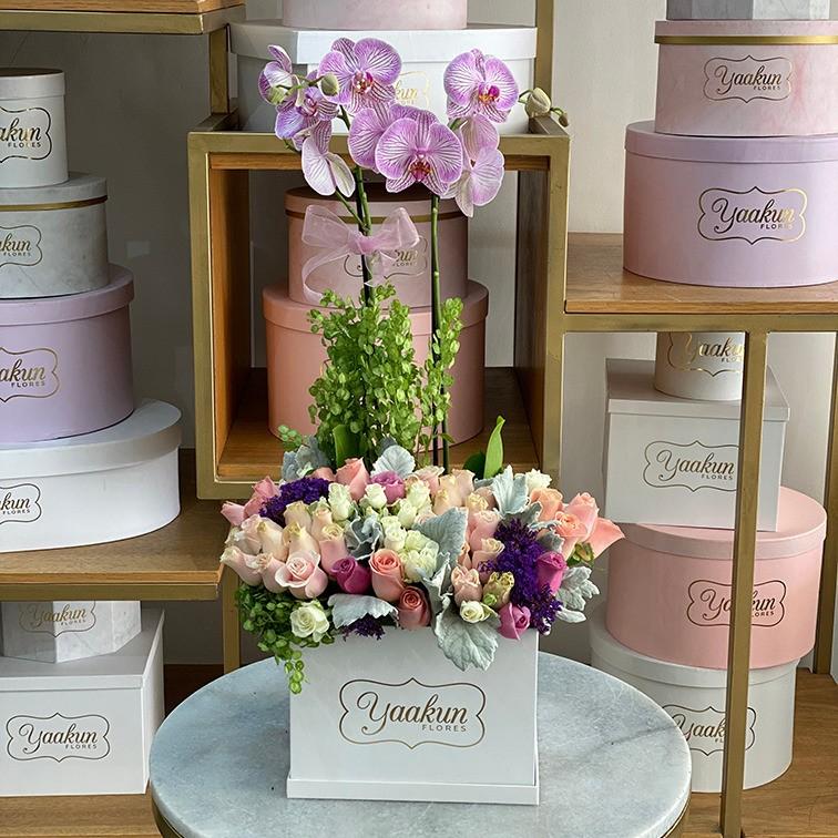 30 rosas y orquídeas en caja blanca yaakun
