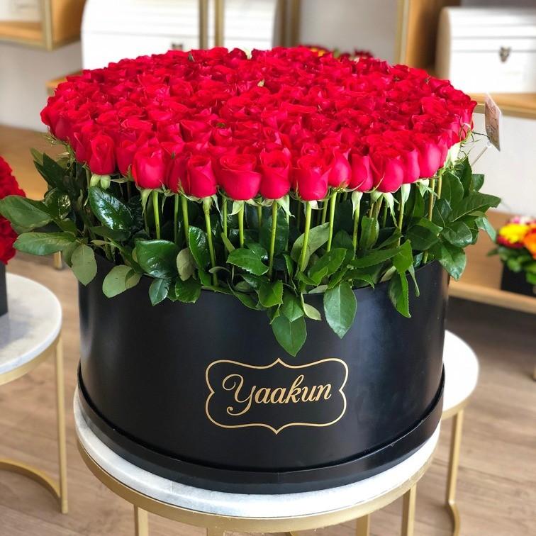 300 rosas en caja redonda altas maxi negra, bello sentimiento