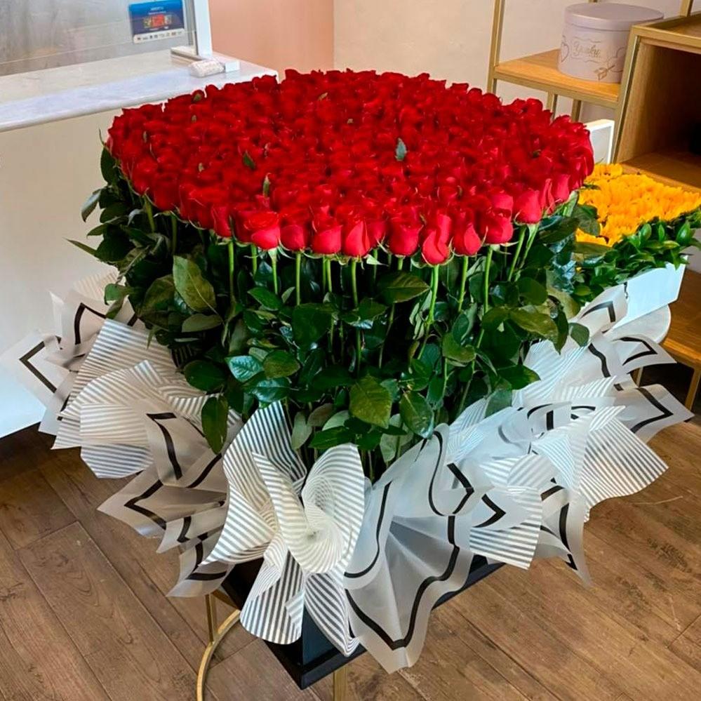 300 rosas rojas en caja negra con papel coreano amor mío