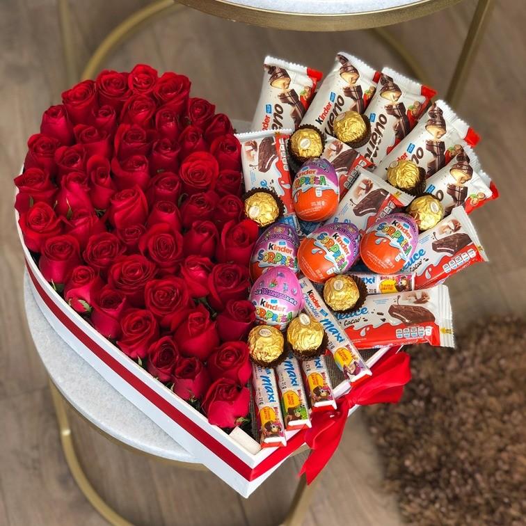 50 rosas & 28 chocolates en caja corazón rojo kinder