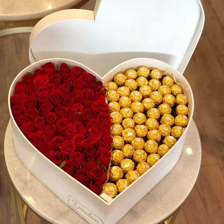 50 rosas rojas en caja corazón amor ferrero con tapa