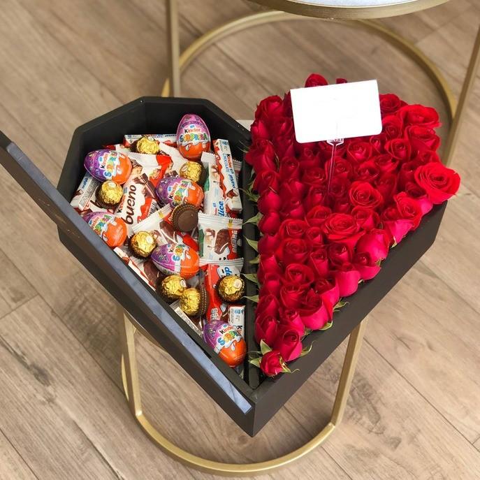 50 rosas rojas en caja corazón kinder media tapa