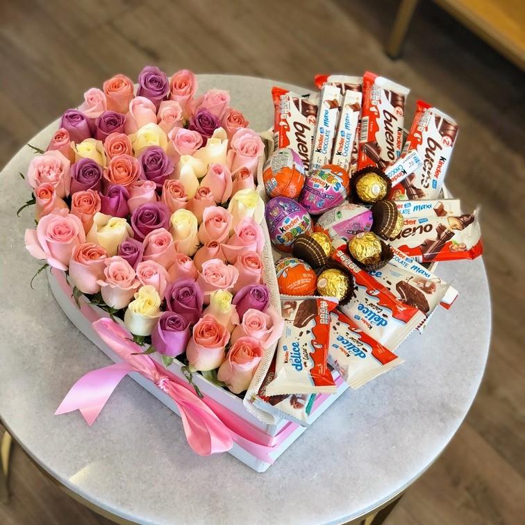50 rosas y 28 chocolates en caja corazón tonos pastel kinder