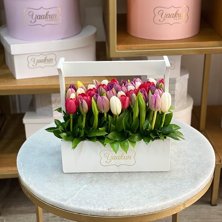 50 tulipanes rosas en jardinera blanca mi deleite