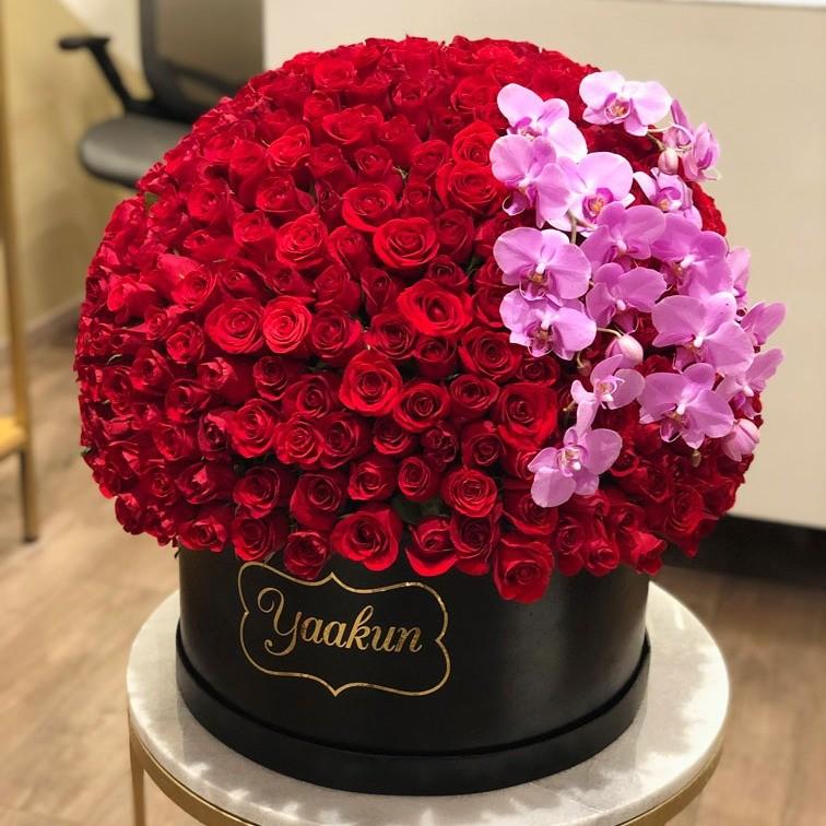 500 rosas en caja redonda maxi esfera con orquídeas lilas