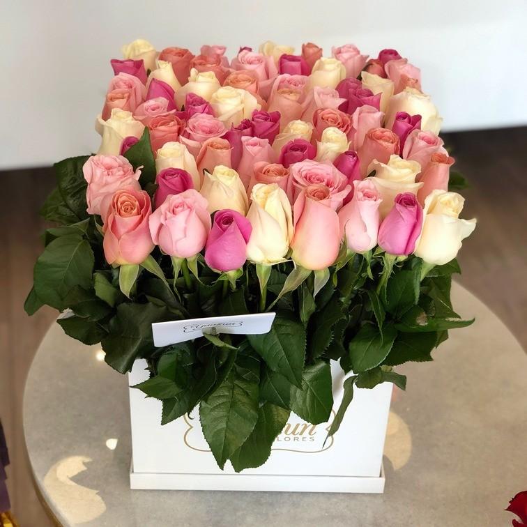 65 rosas altas en caja blanca yaakun jardín de colores