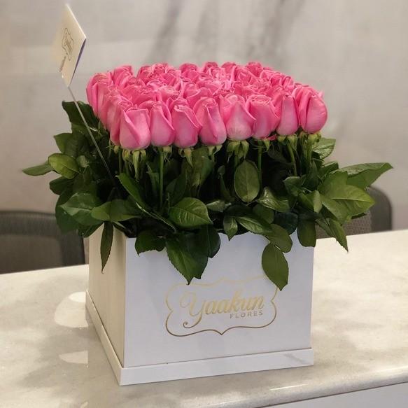 65 rosas altas en caja blanca yaakun jardín mexicano
