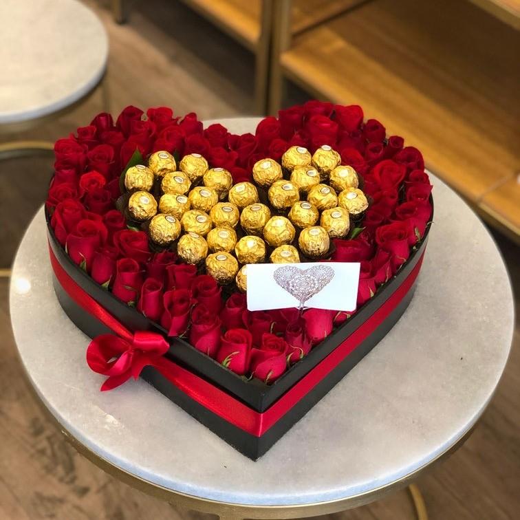65 rosas rojas en caja corazón ferrero
