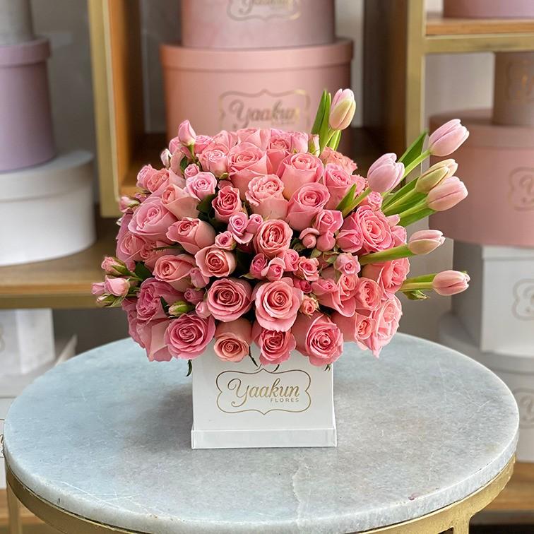 75 rosas & 10 tulipanes en mini caja blanca lindo sentimiento