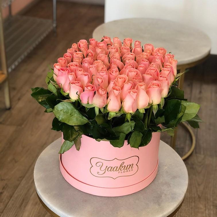 85 rosas en caja redonda altas bello sentimiento hermosa