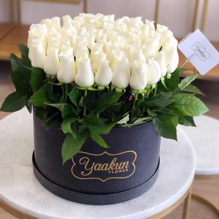85 rosas en caja redonda altas bellos sentimiento blancas