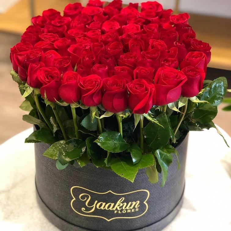 85 rosas en caja redonda bello sentimiento