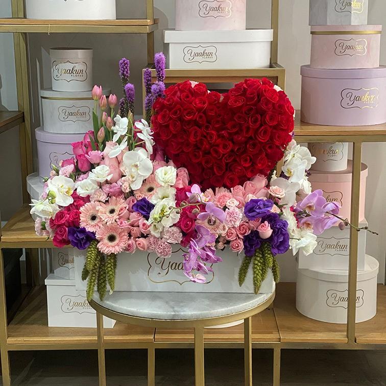 Caja blanca con 100 rosas en forma de corazón y flores finas mi corazón es tuyo