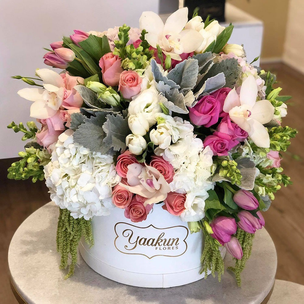 Caja circular blanca rosas, tulipanes y hortensias sendero de amor