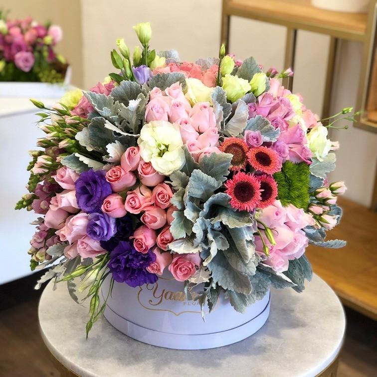 Caja circular lila rosas, lisianthus y follajes