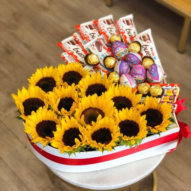 Caja corazón con 10 girasoles y  26 chocolates kinder