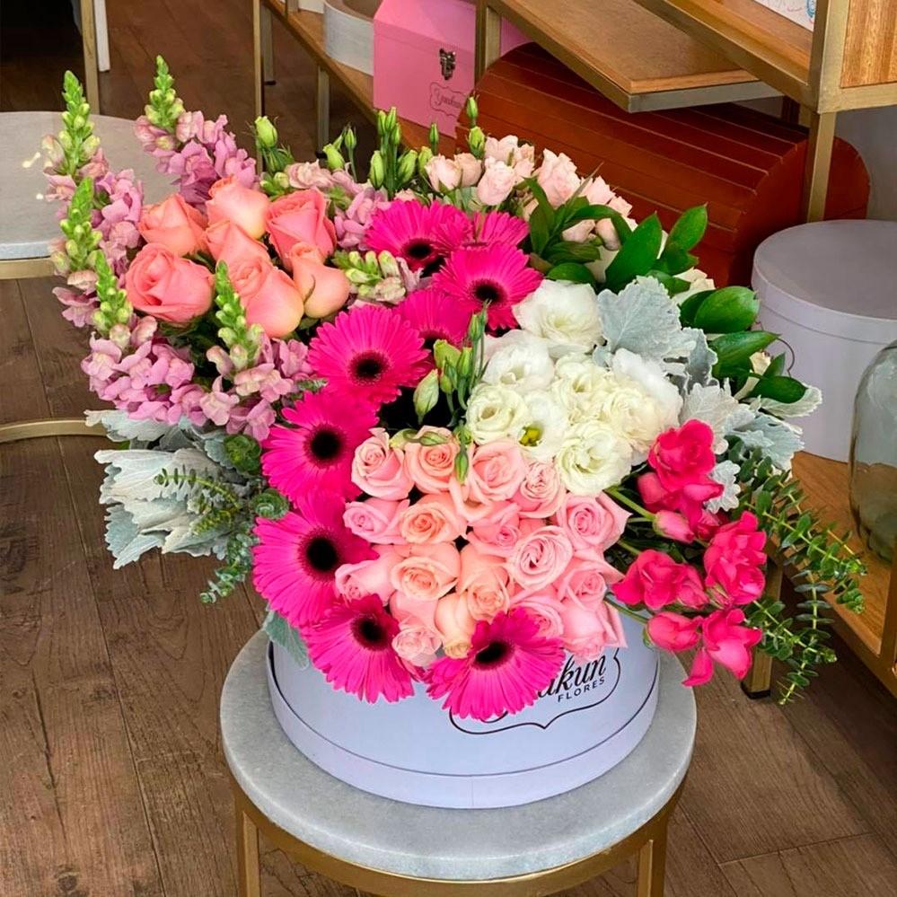 Caja rendonda lila flores finas