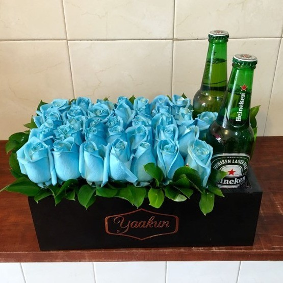 Caja yaakun con flores azules y cerveza