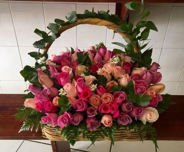 Canasta con 100 rosas de colores yaakun flores for Rosas de decoracion