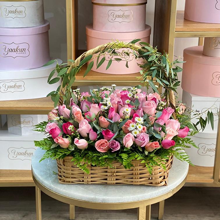 Canasta de 100 rosas tonos rosas con guia