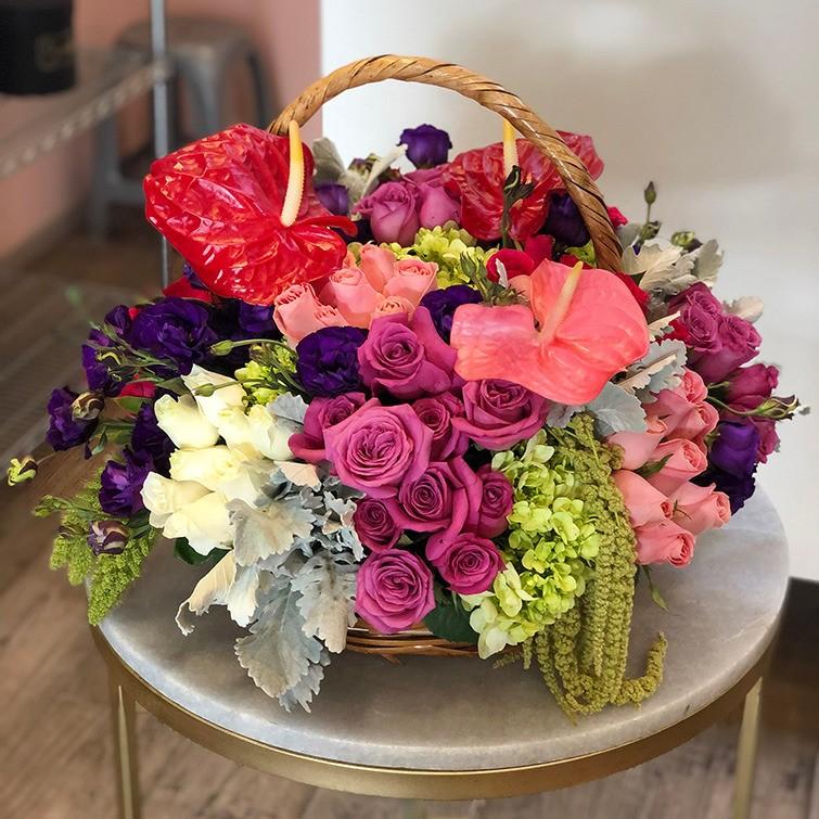 Canasta de flores coloridas anturios & follajes