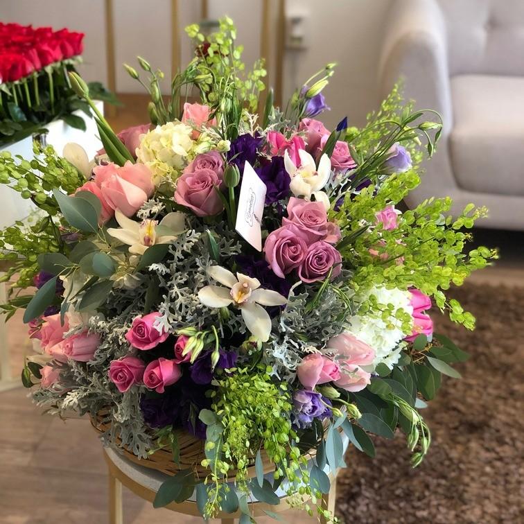 Canasta de flores finas esfera iris & tulipan