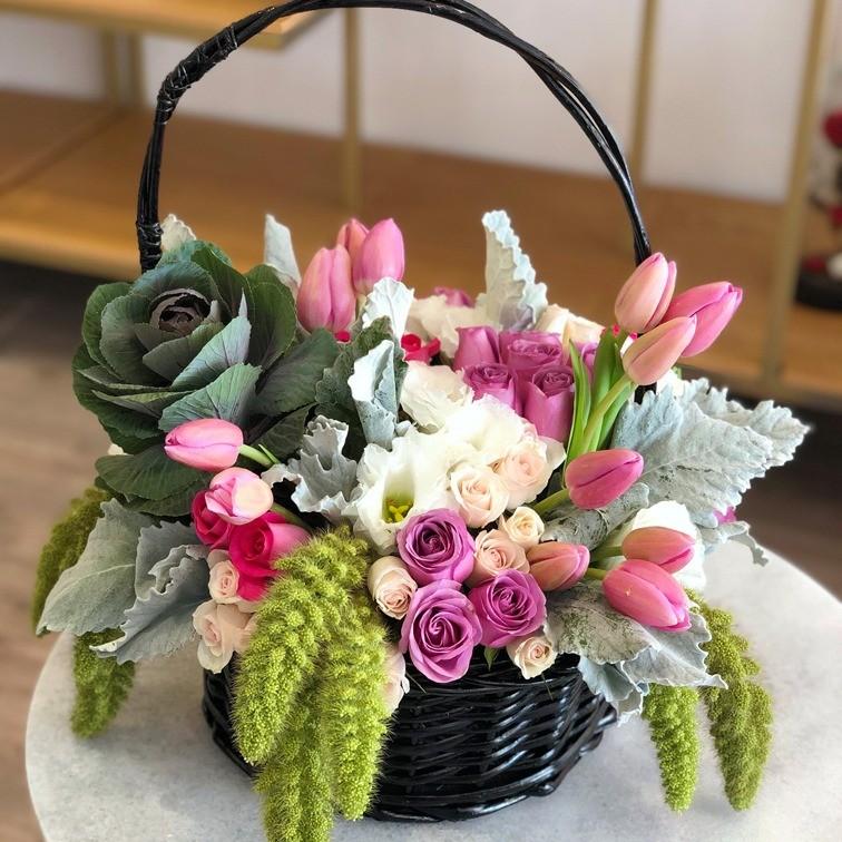 Canasta de rosas & tulipanes especial romántica