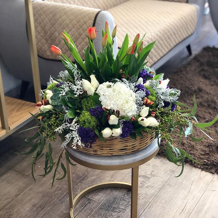 Canasta de tulipanes & follajes finos