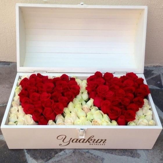 Cofre blanco con 130 rosas almas gemelas