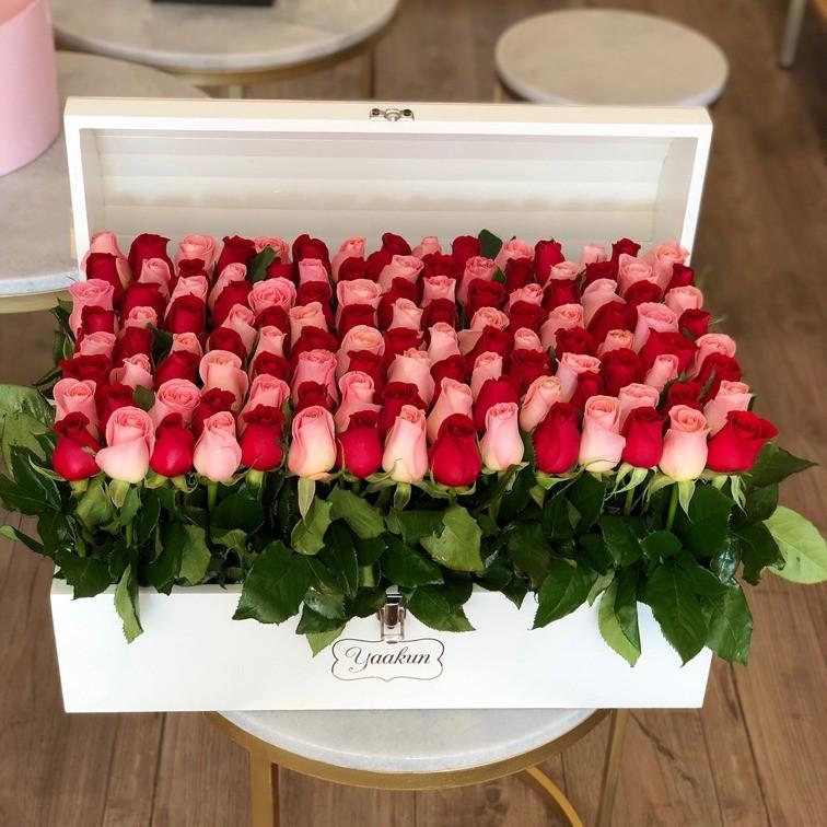 Cofre blanco con 130 rosas altas jardín red & pink
