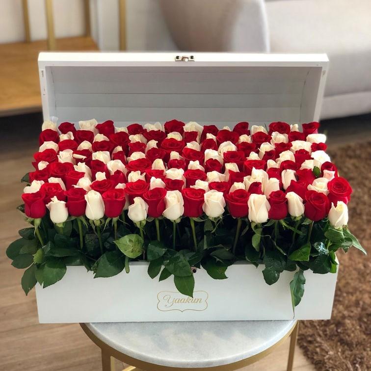 Cofre blanco con 130 rosas altas jardín red & white