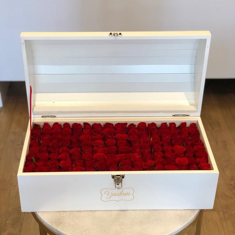 Cofre blanco con 130 rosas ras amor mio