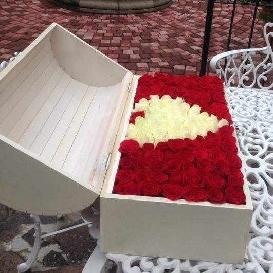 Cofre blanco con 130 rosas ras mi corazón blanco