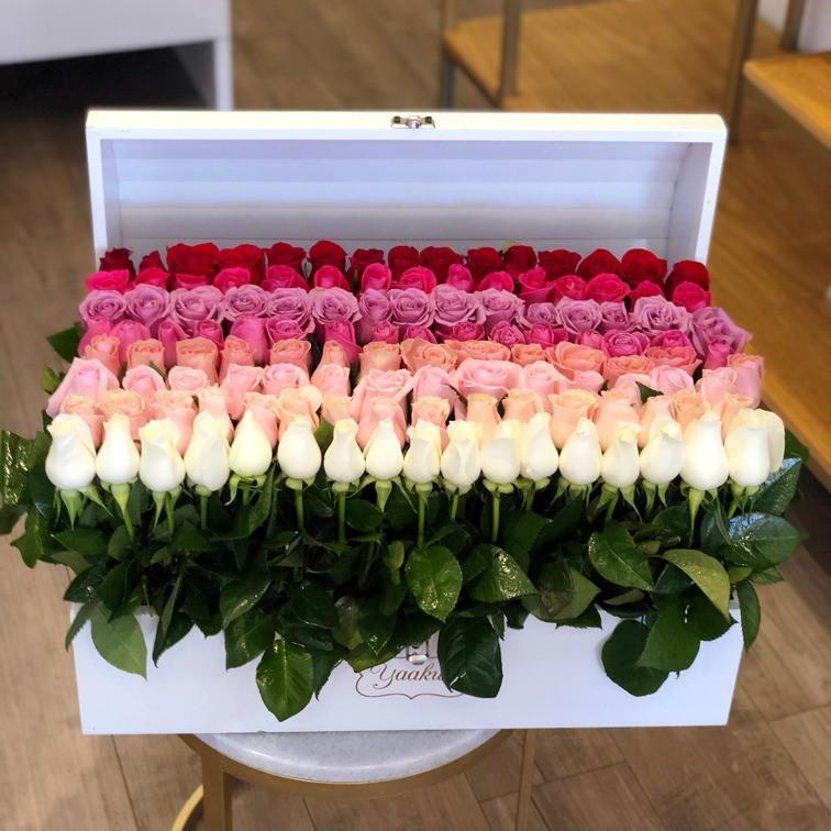 Cofre blanco con 140 rosas red garden degrade
