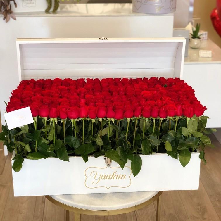 Cofre blanco con 240 rosas red garden