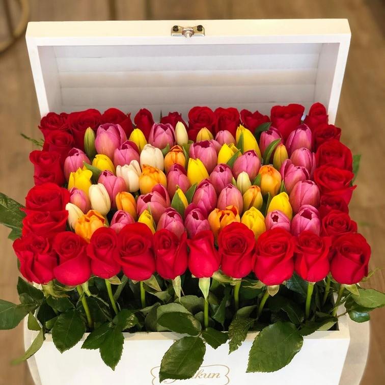Cofre blanco con 30 rosas y 50 tulipanes
