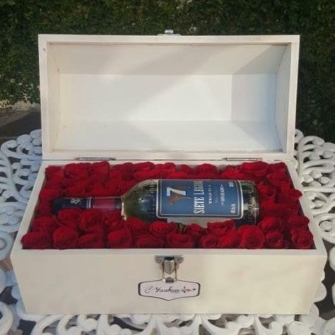 Cofre blanco con 50 rosas & botella 7 leguas amor